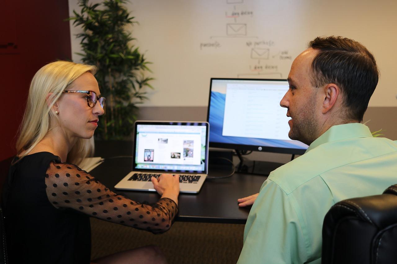 To personer, der arbejder med markedsføring
