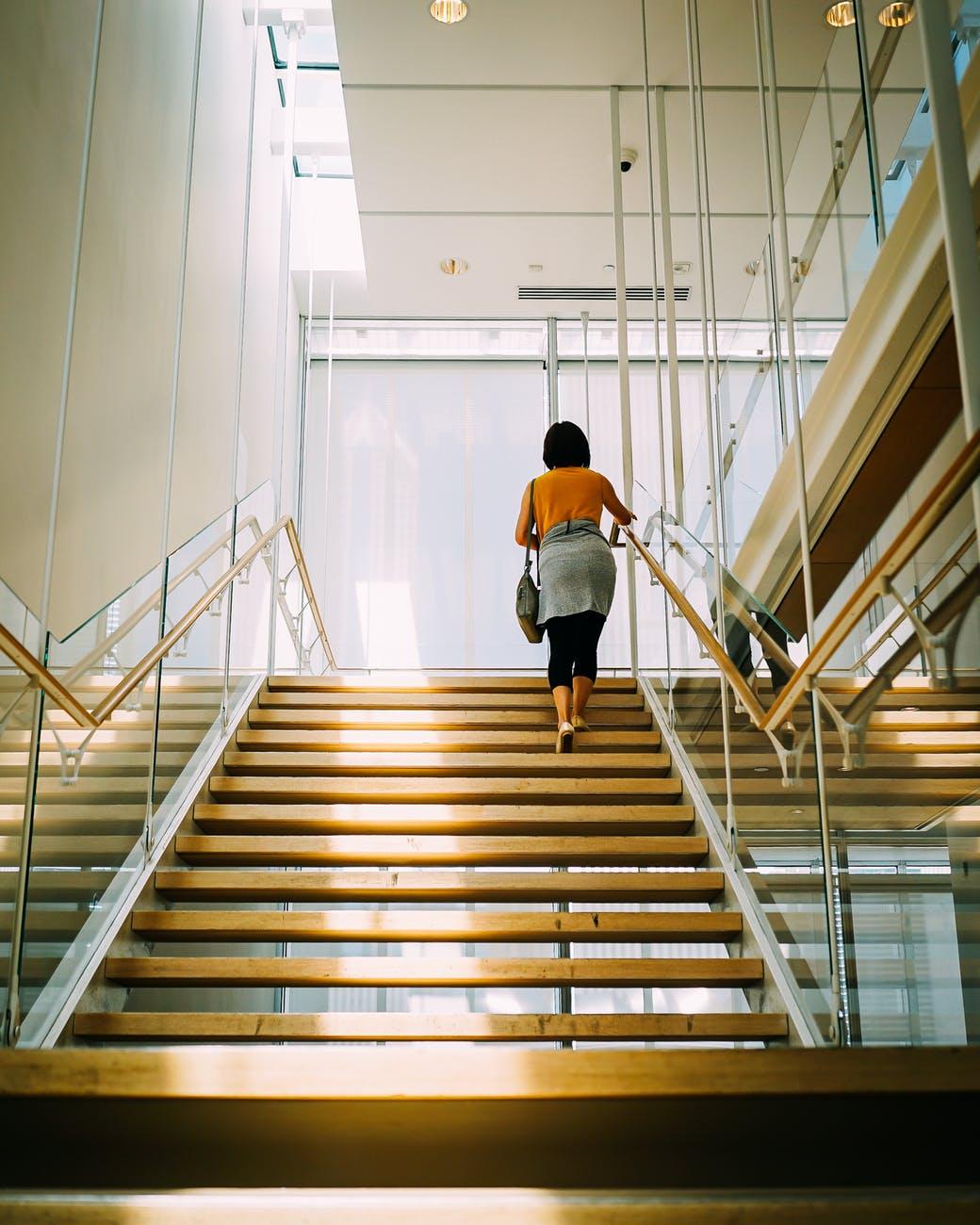 kvinder der går på trapper