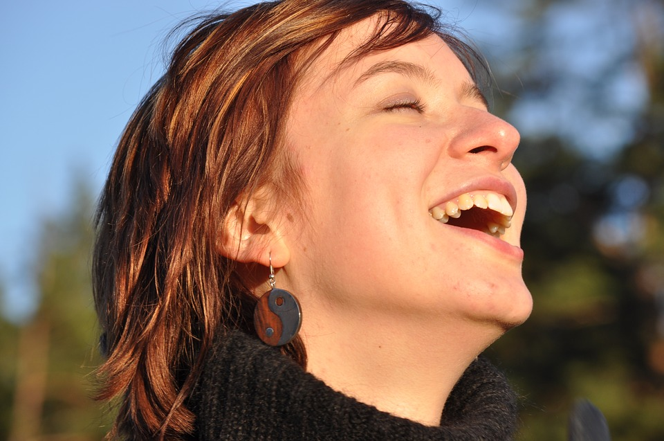 Kvinde ler i solskin