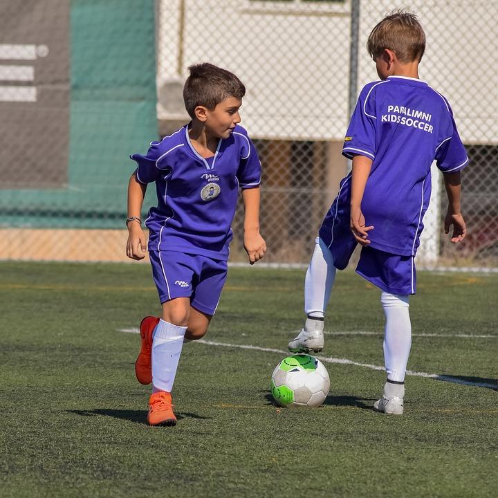 Drenge der spiller fodbold