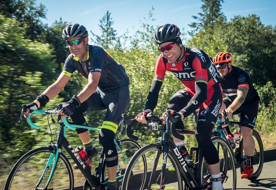 Motionscyklister med cykelhjelm