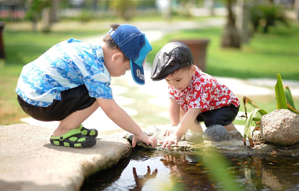 Små børn ved vand